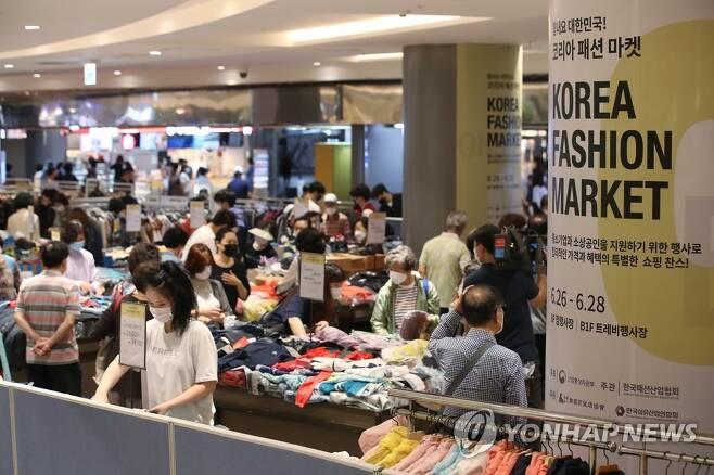 북적이는 코리아패션마켓 행사장 [연합뉴스 자료사진]