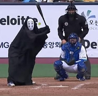 2018년 자선야구대회 당시 가오나시 분장을 하고 타격을 하는 김민수. / 유튜브 캡쳐