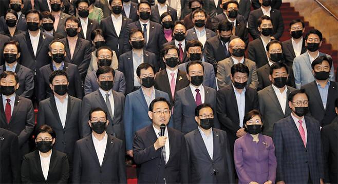 """미래통합당 주호영(앞줄 왼쪽 셋째) 원내대표와 의원들이 29일 서울 여의도 국회 본청 로텐더홀에서 17개 상임위원장을 일방적으로 선출한 더불어민주당을 규탄하는 성명을 발표하고 있다. 통합당은 """"176석 거대 여당의 폭주""""라며 """"민주당의 '일당 독재' '의회 독재'가 시작된 날""""이라고 반발했다. /이덕훈 기자"""
