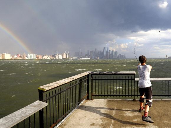 29일(현지시간) 폭풍우가 지나간 뒤 미국 뉴욕 맨해튼의 스카이라인에 무지개가 떠오른 모습이 미국 뉴저지주 호보컨에서 포착됐다. UPI 연합뉴스