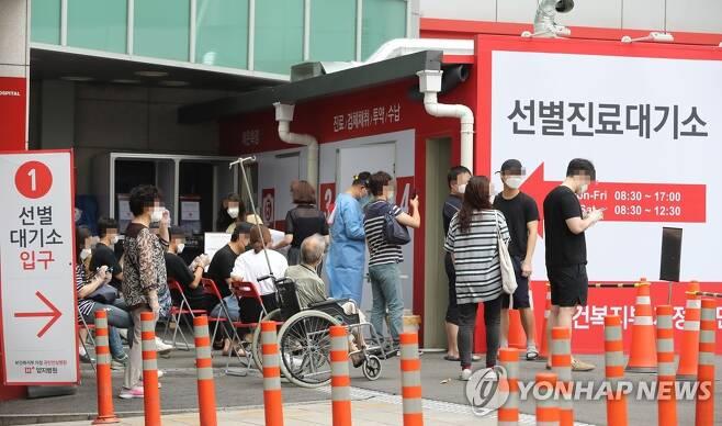 분주한 관악구 양지병원 선별진료소 [연합뉴스 자료 사진]
