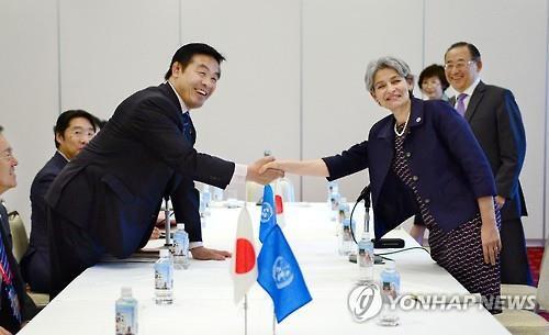 2016년 5월 14일 이리나 보코바(오른쪽) 당시 유네스코 사무총장과 하세 히로시(馳浩) 당시 일본 문부과학상이 일본 오카야마(岡山)현 구라시키(倉敷)시에서 열린 회담에서 악수하고 있다.
