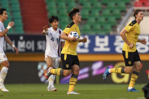 전남 드래곤즈 이종호가 지난 28일 수원FC와 2020시즌 K리그2 8라운드 홈경기에서 후반 만회골을 넣은 뒤 공을 들고 하프라인을 향하고 있다. 제공 | 한국프로축구연맹