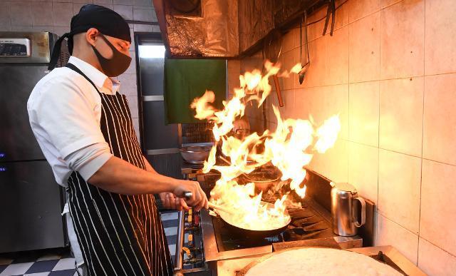 제주시 상도동에서 '아살람 레스토랑'을 운영 중인 아민씨가 6월 13일 손님이 주문한 음식을 요리하고 있다. 그는 예멘에서 주방장으로 일했던 경력을 살려 제주에 예멘인 최초로 할랄 음식점을 냈다. 제주=서재훈 기자