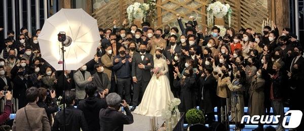 서울 마포구 한 예식장에서 마스크를 쓴 신랑 신부와 하객들이 기념사진을 찍고 있다. / 사진=뉴스1