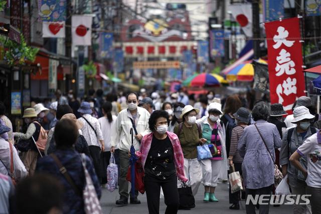 [도쿄=AP/뉴시스]지난 24일 일본 수도 도쿄의 한 거리가 쇼핑객들로 붐비고 있다. 2020.06.24.