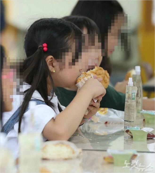 급식으로 나온 빵을 먹고 있는 어린이들. (사진=자료사진)