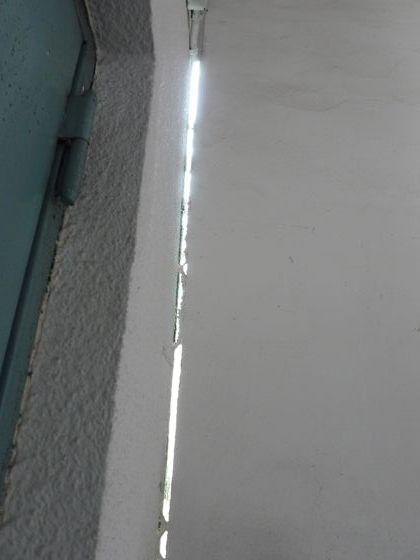 지반침하로 붕괴가 우려되는 인천중앙교회의 벽과 벽 사이가 벌어져 햇빛이 들어오고 있다. 강찬수 기자