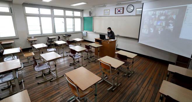 서울 마포구 서울여자고등학교에서 한 선생님이 수업을 하고 있다.