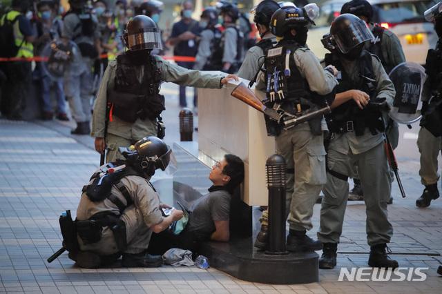 [홍콩=AP/뉴시스]1일(현지시간) 홍콩에서 경찰이 홍콩반환기념일 시위자를 붙잡은 모습. 2020.07.02.