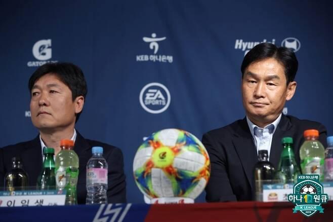 이임생 수원 감독(왼쪽)과 최용수 서울 감독. 둘 중 한 명은 치명타를 입을 수도 있다. (한국프로축구연맹 제공) © 뉴스1