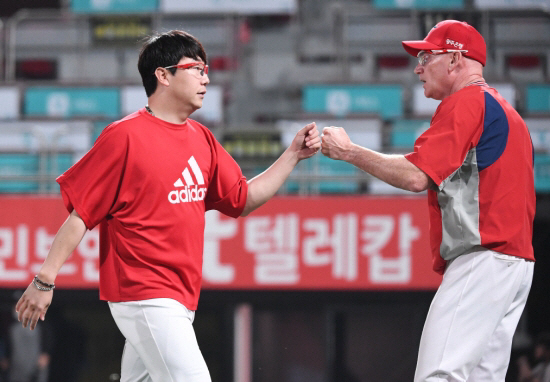 양현종(왼쪽)이 윌리엄스 감독과 하이파이브를 나누고 있다. 스포츠조선DB