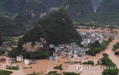 불어난 물에 잠긴 중국 꾸이린 양숴 마을 [AFP=연합뉴스]