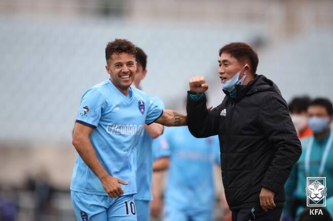 천안시축구단의 김태영 감독(오른쪽)과 외국인 선수 제리. (대한축구협회 제공) © 뉴스1