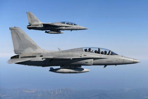 공군 FA-50 편대가 훈련을 위해 비행을 하고 있다. 공군 제공