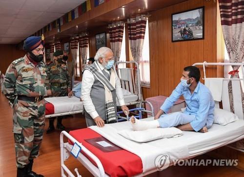 3일 국경 인근 라다크 지역에서 부상 장병을 격려하는 나렌드라 모디 인도 총리(가운데). [인도 정부=연합뉴스]