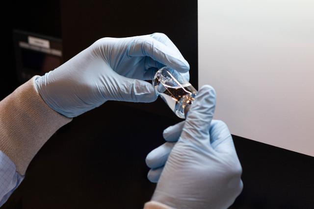 국내 코로나19 환자들에게 투여되기 시작한 미국 제약사 길리어드 사이언스의 '렘데시비르' 성분이 작은 병 안에 들어 있다. 길리어드 사이언스 코리아 제공