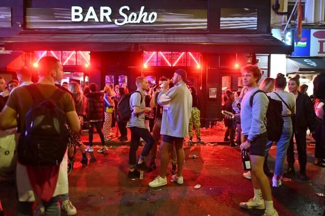 영국 런던 소호 거리에서 술에 취한 시민들이 술을 마시고 있다/사진=AFP