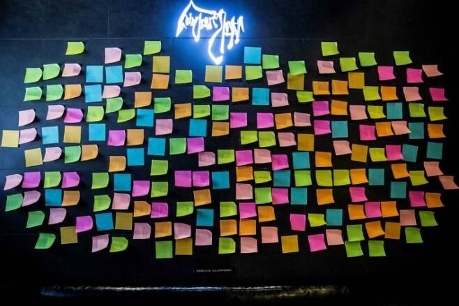 빈 포스트잇 빼곡한 홍콩의 '레넌 벽'. (사진=연합뉴스)