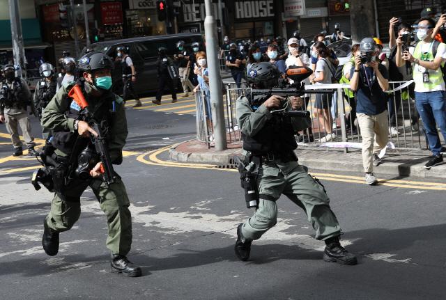 홍콩 경찰이 시위대를 향해 후추탄을 겨누고 있다. /EPA연합뉴스