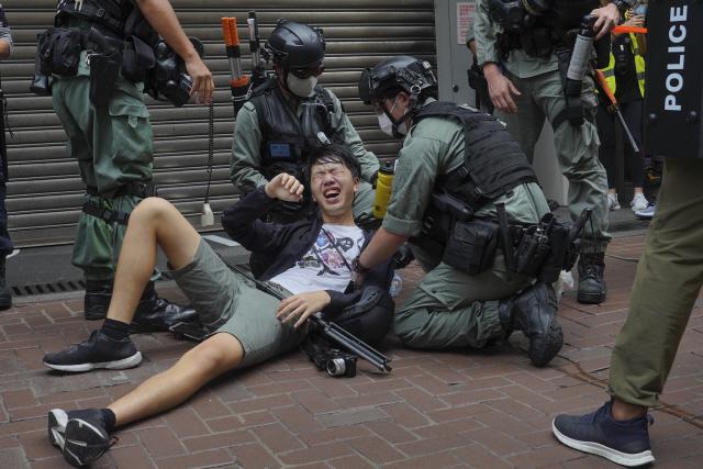 홍콩 경찰이 시위대 참석자를 진압해 체포하고 있다. /AP연합뉴스