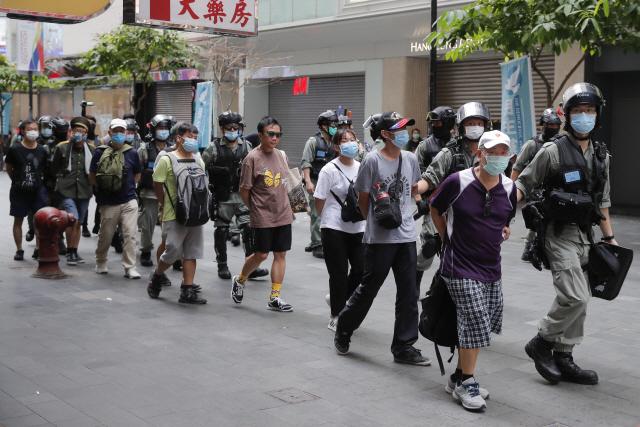홍콩 경찰이 시위대를 체포해 경찰서로 끌고 가고 있다. /AP연합뉴스
