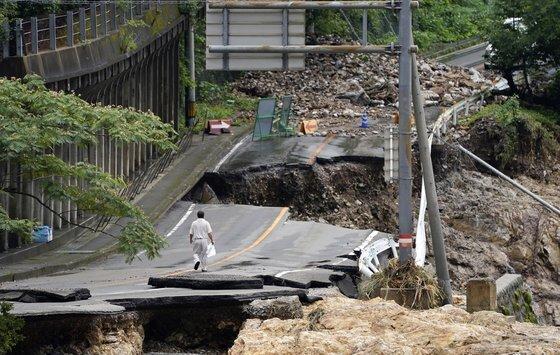 일본 구마모토 현 구마무라의 한 도로가 폭우로 인해 붕괴돼 있다. AP=연합뉴스