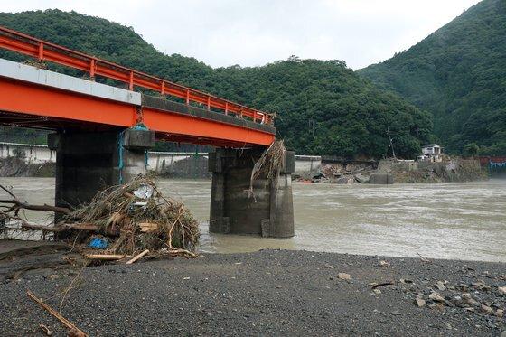 일본 구마모토 현 야시로의 구마강이 범람하면서 7일(현지시간) 다리가 흔적도 없이 사라져 버렸다. EPA=연합뉴스