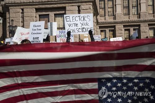 2016년 미 대선 때 선거인단 투표를 앞두고 미국 텍사스 주 오스틴 주 의사당 건물 앞에서 공화당 투표인단에게 '반란표'를 촉구하는 시위대 [AP=연합뉴스]