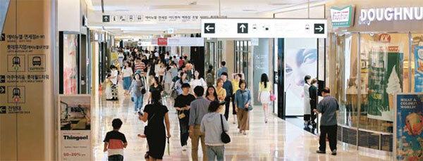 쇼핑객으로 북적이는 서울 잠실 롯데월드몰. 21대 국회에서 규제법이 통과되면 이곳을 포함 한 복합 쇼핑몰은 한 달에 두 번 문을 닫아야 한다. [매경DB]