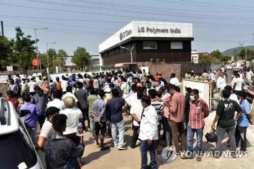 5월 7일 가스 누출 사고가 발생한 인도 비사카파트남의 LG폴리머스인디아 공장 앞에 주민들이 모여 있다. [AP=연합뉴스]