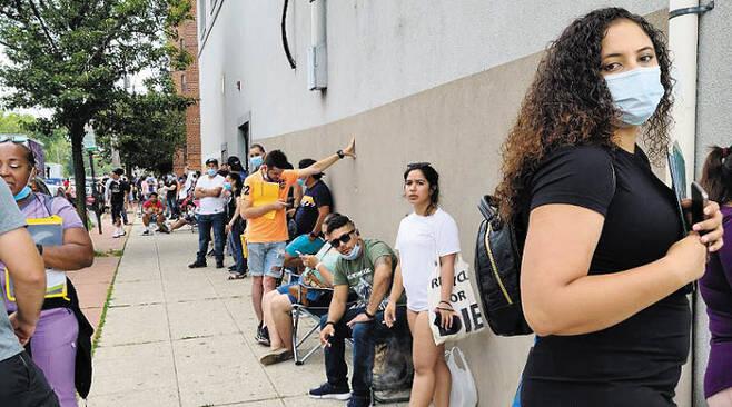 7일(현지 시각) 미국 뉴저지주 노스버건카운티 운전면허시험장 앞에 시민들이 줄을 서 있다. /정시행 특파원