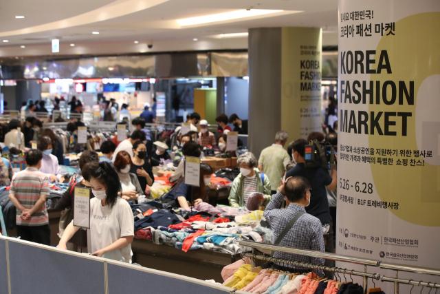 지난 6월 26일 서울 롯데백화점 잠실점에 마련된 '코리아패션마켓' 행사장에서 시민들이 쇼핑을 하고 있다. [사진제공=연합뉴스]