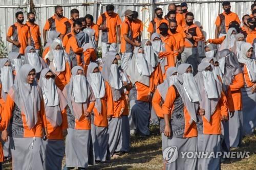 마스크 대신 니캅 착용하고 금요 운동 조회 참석한 롬복섬 여성 공무원들 [AFP=연합뉴스]