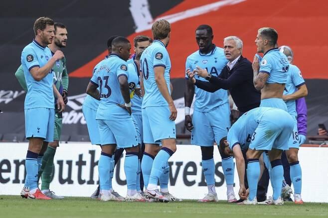 ▲ 무리뉴 감독(오른쪽에서 두 번째)이 열심히 지시하고 있지만 토트넘의 경기력은 올라올 줄 모른다. ⓒ연합뉴스/AP