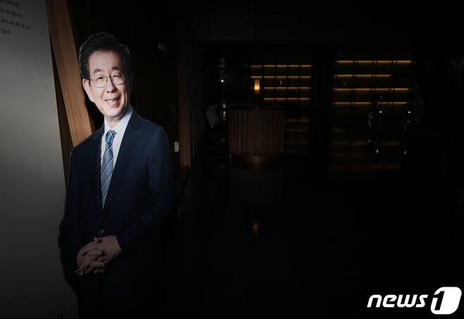 박원순 서울시장이 실종신고 7시간만에 사망한 채 발견된 가운데 10일 오전 서울시청 시장실 앞에 환하게 웃고 있는 박 시장의 사진이 보이고 있다./뉴스1 © News1 이성철 기자