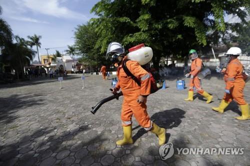 코로나19 방역작업 벌이는 인도네시아 공무원들 [EPA=연합뉴스]