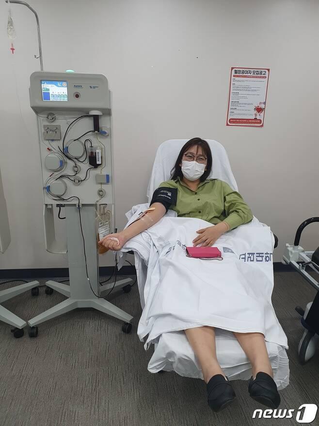 코로나19 완치 판정을 받은 성남시 분당구보건소 직원이 혈장을 공여하고 있다.(성남시 제공)