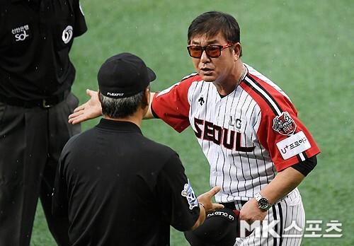 1회초가 끝나고 경기가 우천으로 중단되자 항의하는 LG 류중일 감독.