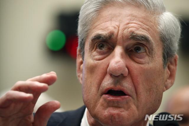 [ 워싱턴= AP/뉴시스]지난 해 7월 24일 미 하원정보위원회에서 증언하는 로버트 뮬러 특검.  그는 올 7월11자 워싱턴 포스트 기고문에서 트럼프의 사면에도 불구, 로저 스톤은 러시아와 내통한 유죄가 확정된 중범죄자라며 이례적으로 자신의 수사 내용과 개인 의견을 밝혔다.