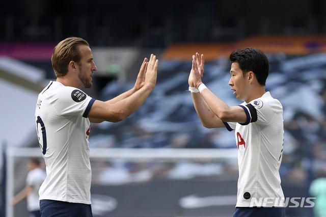[런던=AP/뉴시스]토트넘 손흥민(오른쪽)이 12일(현지시간) 영국 런던의 토트넘 홋스퍼 스타디움에서 열린 2019-20시즌 잉글랜드 프리미어리그 35라운드 아스널과의 경기 전반 19분 팀의 첫 번째 골을 넣고 해리 케인의 축하를 받고 있다. 손흥민은 1골 1도움을 기록해 10골-10도움 클럽에 가입하며 팀의 2-1 역전승을 이끌었다. 2020.07.13.