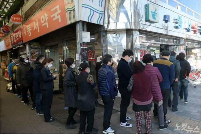 약국에 시민들이 마스크를 구입하기 위해 줄지어 서 있다. (사진=이한형 기자/자료사진)