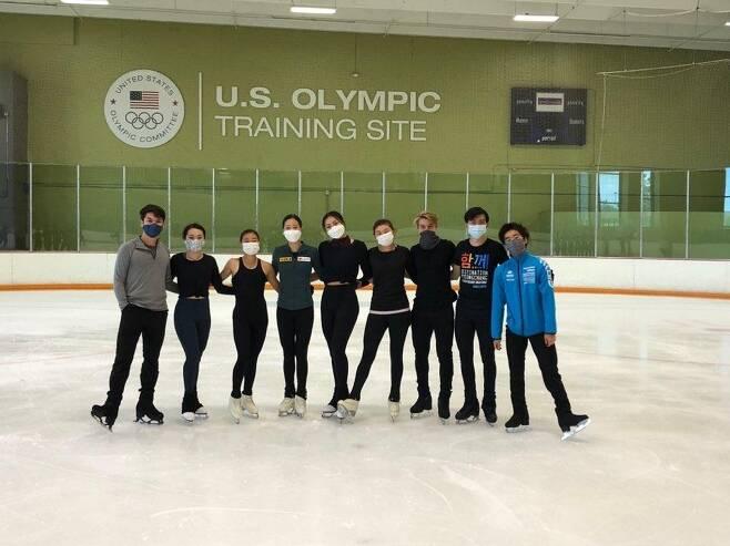 피겨스케이팅 국가대표 유영 피겨스케이팅 국가대표 유영(왼쪽에서 네 번째)이 미국 콜로라도주 스프링스 브로드무어 아레나에서 함께 훈련하는 선수들과 포즈를 취하고 있다. [대홍기획 제공. 재배포 및 DB금지]