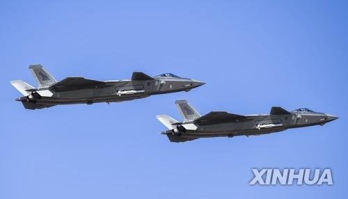 지난해 10월 중국 공군 건군 70주년 기념 에어쇼에 등장한 J-20 [신화=연합뉴스 자료사진]