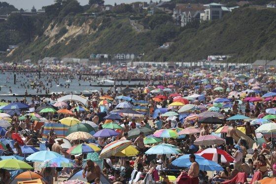 6월 25일영국 남부 본머스의 보스콤베 해변에서 일광욕을 즐기는 사람들. 남부 본머스는 6월 중순부터 단계적인 봉쇄령 해제에 들어갔다. [AP=연합뉴스]