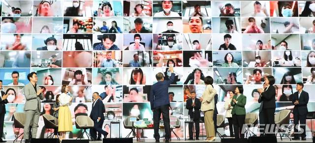 [서울=뉴시스]배훈식 기자 = 문재인 대통령이 서울 송파구 KSPO DOME에서 열린 '대한민국 동행세일, 가치삽시다' 행사에 참석해 전국의 비대면 참석자들과 인사를 나누고 있다. 2020.07.02. dahora83@newsis.com