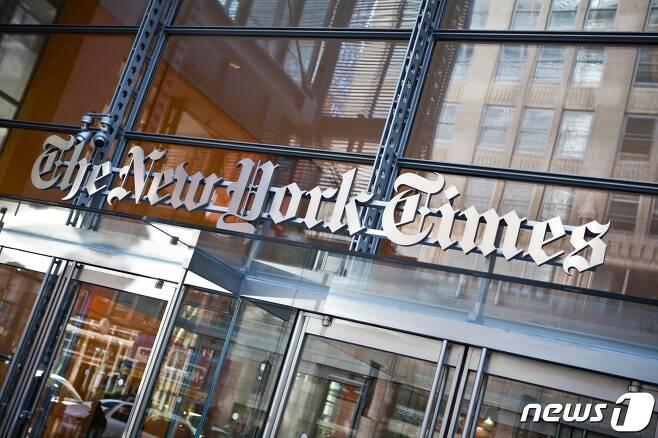 미국 일간 뉴욕타임스(NYT)의 뉴욕본사 건물 로고 <자료사진> © AFP=뉴스1
