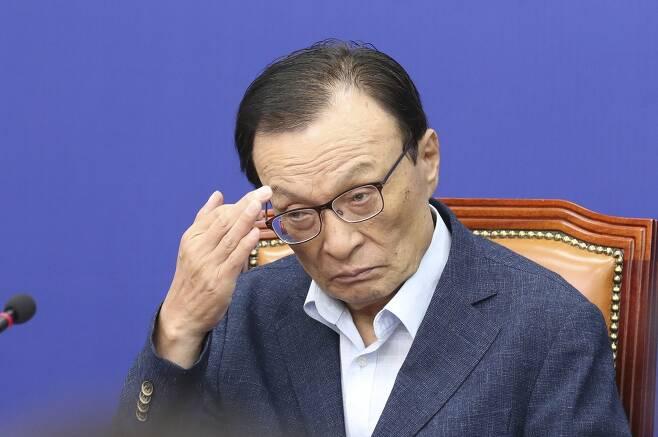 민주당 이해찬 대표가 15일 오전 국회에서 열린 최고위원회의에서 얼굴을 만지고 있다. 임현동 기자