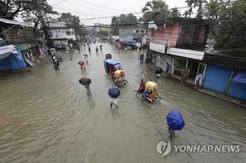 12일 방글라데시 수남공 지역의 침수된 마을. [AFP=연합뉴스]