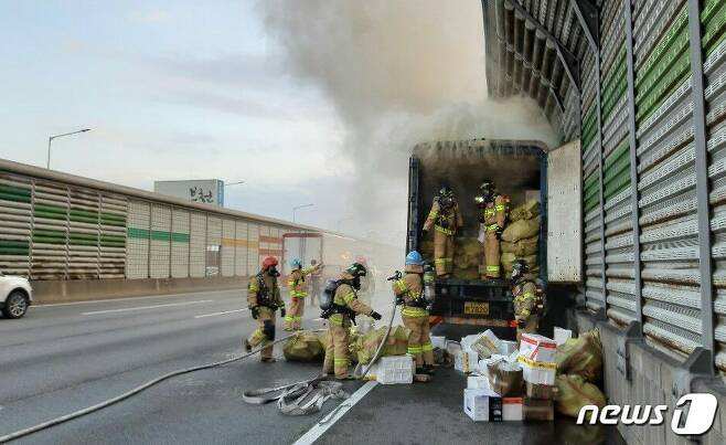 경기 부천시 수도권순환고속도로 중동IC 부근서 발생한 택배 화물차 화재 현장. © 뉴스1